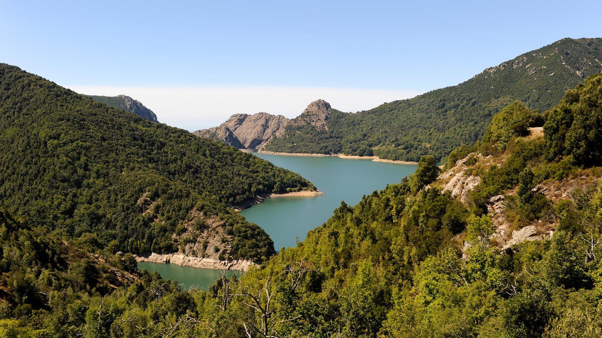 Vue sur les montagnes Corse pres de l'hotel Artemisia