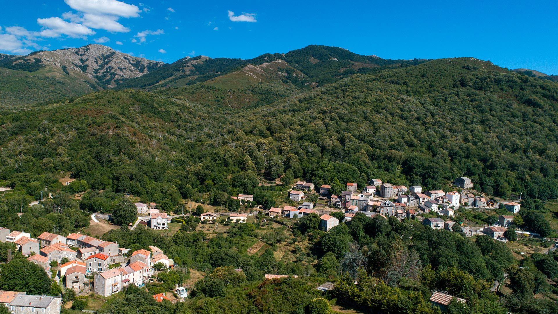 Vue aérienne de Bastelica et des montagnes Corses